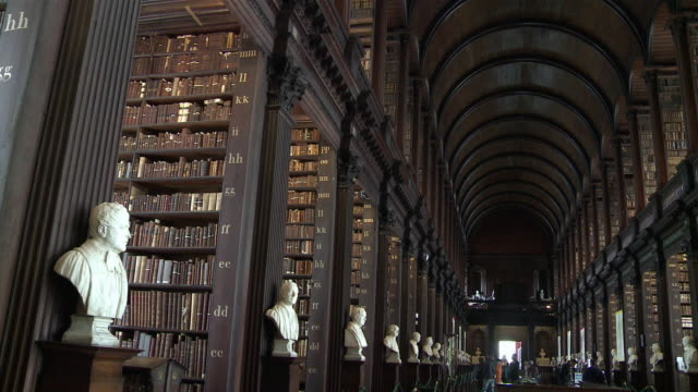 ms trinity college library / dublin, county dublin, ireland - bibliothek stock-videos und b-roll-filmmaterial