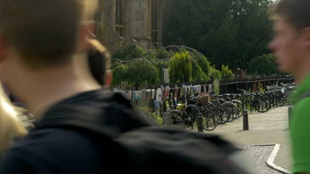 trinity street ,students walking past camera,,cambridge, - oxford universität stock-videos und b-roll-filmmaterial