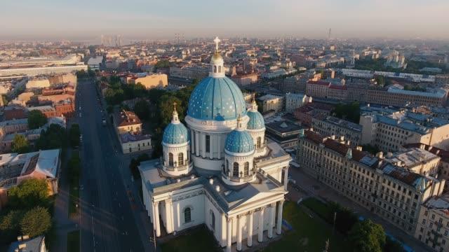 vídeos y material grabado en eventos de stock de catedral de la trinidad-izmailovsky y columna de gloria, san petersburgo, rusia - san petersburgo rusia