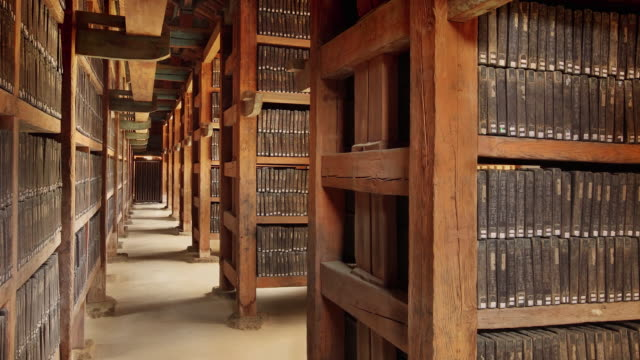 tripitaka koreana at janggyeong panjeon complex (korea national treasure 52) - bibliothek stock-videos und b-roll-filmmaterial