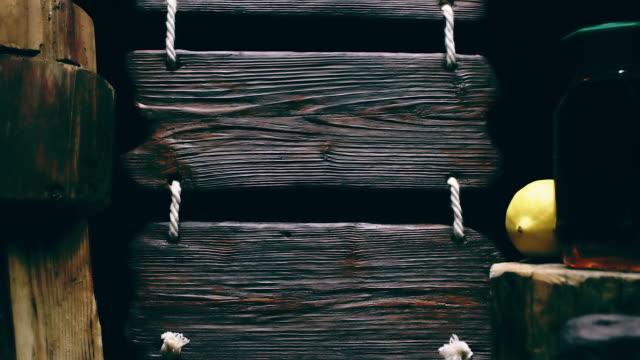 Dreifache Holz Zeichen und Honig