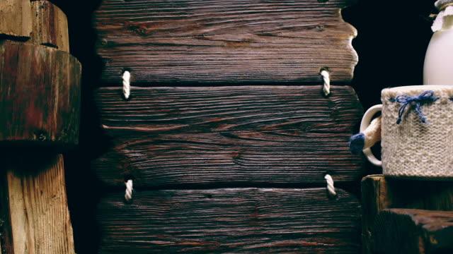 Dreifache Holz Zeichen und Milch