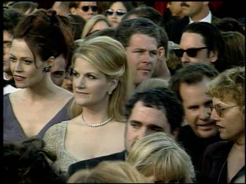 vídeos de stock e filmes b-roll de trisha yearwood at the 1998 academy awards arrivals at the shrine auditorium in los angeles california on march 23 1998 - 70.ª edição da cerimónia dos óscares