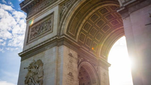 vidéos et rushes de arc de triomphe au centre de la place charles de gaulle à paris - révolution française