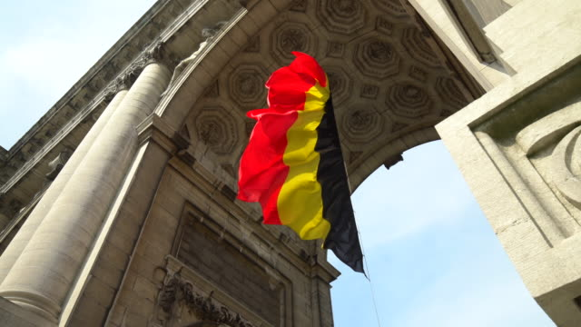 triumphal arch with belgium flag in brussels - arch stock videos & royalty-free footage