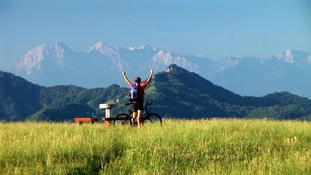 vidéos et rushes de hd : triomphant mountainbiker - hommes d'âge moyen