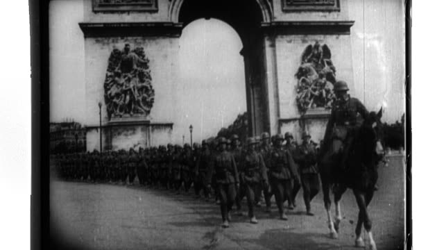 vidéos et rushes de triumphant wehrmacht occupation troops march past the arc de triomphe as they parade in paris - wehrmacht