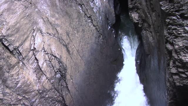 vídeos de stock, filmes e b-roll de trümmelbach falls in bernese oberland (switzerland) - neve derretida