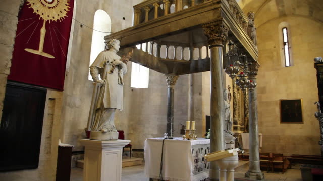 vidéos et rushes de trogir, cathedral of saint lawrence, an altar in the church  - xiième siècle