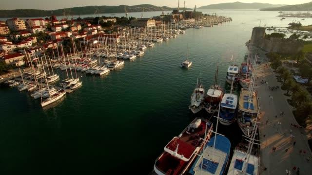 vídeos de stock e filmes b-roll de trogir marina sailing aerial shot - marina