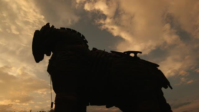 trojan horse statue in sihouette w pan closer - wiese stock videos & royalty-free footage