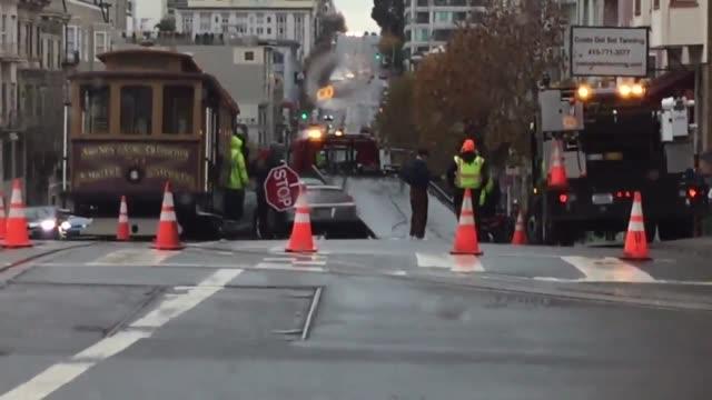 trolley and a car collide in san francisco on california street - カリフォルニアストリート点の映像素材/bロール