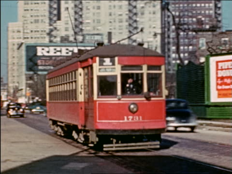 vidéos et rushes de 1941 pan trolley passing camera on city street / billboards in background / chicago / industrial - prelinger archive