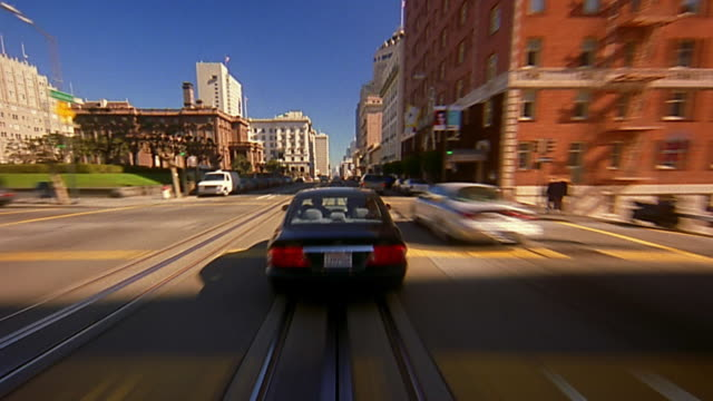 vídeos de stock, filmes e b-roll de fast motion trolley point of view moving along city street / san francisco - ponto de vista de bonde