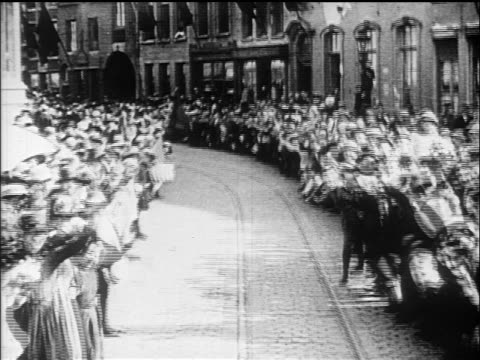 vídeos de stock e filmes b-roll de b/w 1919 trolley point of view thru crowd cheering on belgian cobblestone street / documentary - 1919