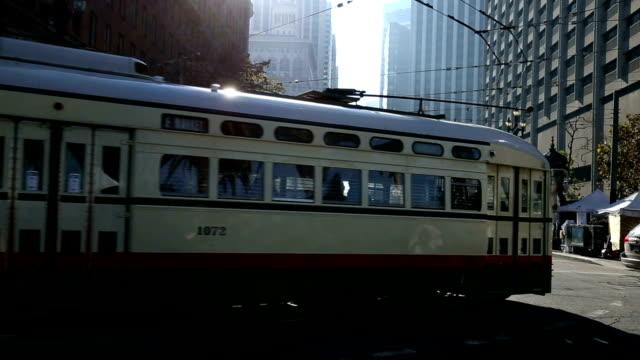 obus in der stadtmitte von modernen stadt der usa - trolleybus stock-videos und b-roll-filmmaterial
