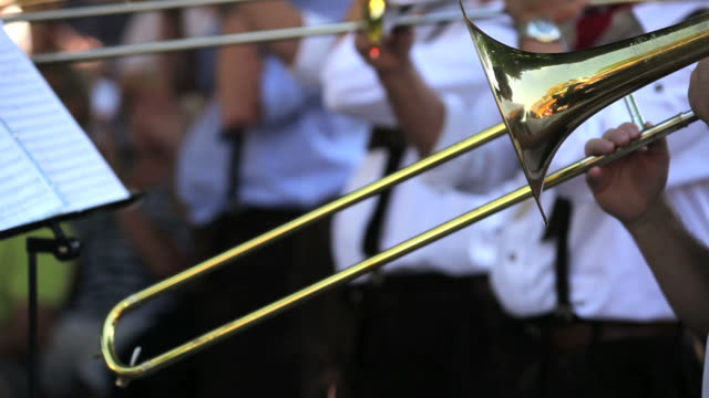 vídeos de stock e filmes b-roll de trombone jogadores close-up - banda de marcha