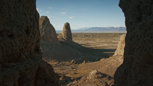 stockvideo's en b-roll-footage met trona pinnacles desert mojave - verwonderingsdrang