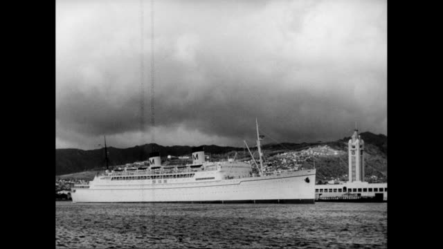 ws pan  troop transport ship the usns david c. shanks moving on sea past honolulu / united states - 1950年点の映像素材/bロール