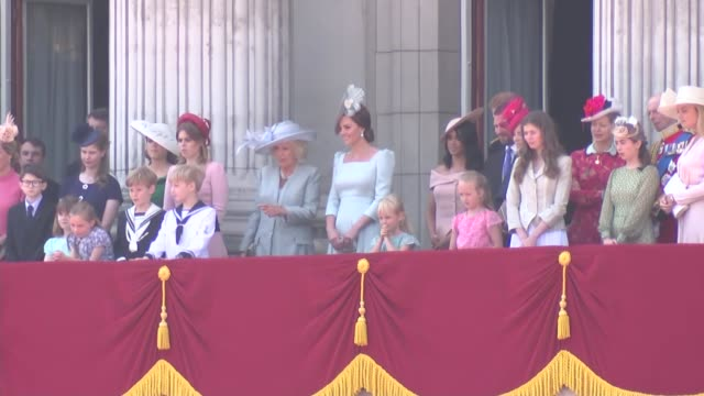 trooping of the colour: queen returns to buckingham palace / royal family on balcony; england: london: ext queen elizabeth ii along in carriage... - 軍旗分列行進式点の映像素材/bロール