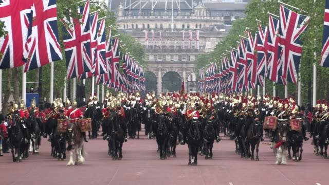 vídeos de stock, filmes e b-roll de trooping the colour at buckingham palace - uniforme militar