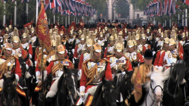 trooping the colour at buckingham palace - fahnenparade stock-videos und b-roll-filmmaterial