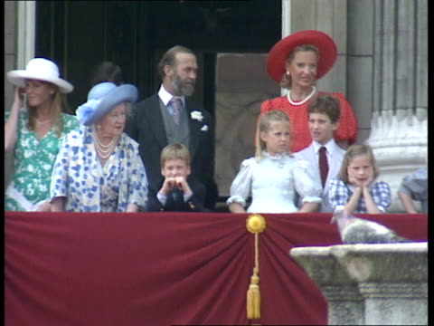 trooping the colour ceremony buckingham palace ext **music heard intermittently sot** queen in coach / royal family on balcony of palace / queen... - balkon stock-videos und b-roll-filmmaterial