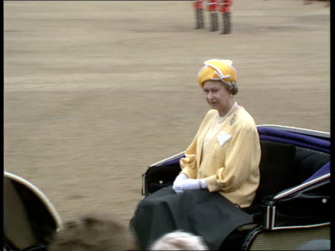 trooping the colour; england: london: horseguards parade queen elizabeth ii in open carriage r-l as past tx 15.6.91/13.00pm - 軍旗分列行進式点の映像素材/bロール