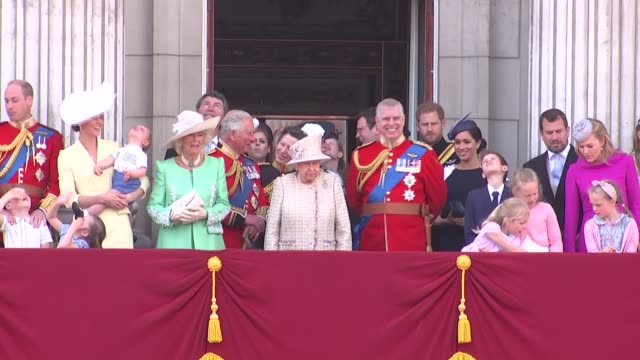 vídeos de stock e filmes b-roll de queen elizabeth and royal family watch flypast from buckingham palace balcony; uk, london: queen elizabeth and members of royal family watch raf... - realeza
