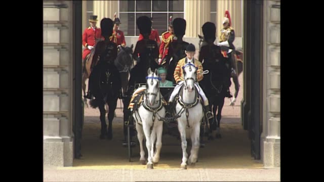 queen's official birthday england london horse guards parade buckingham palace group of brownies outside gates convoy of cars leave palace mounted... - ウマ科点の映像素材/bロール
