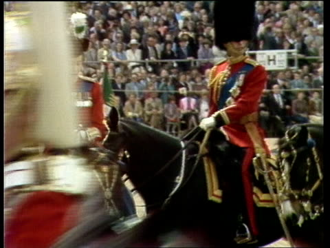 shots fired; england: london: horse guards parade side queen takes her place on the parade ground : queen turns to look at duke - 軍旗分列行進式点の映像素材/bロール