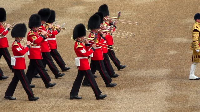 trooping the colour, the queens birthday parade, horseguards, whitehall, london, great britain - 近衛兵点の映像素材/bロール