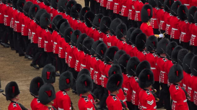 trooping the colour, the queens birthday parade, horseguards, whitehall, london, great britain - 軍旗分列行進式点の映像素材/bロール
