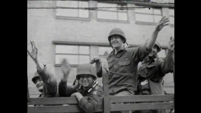 troops arrive in berlin after the berlin wall was built, 1961 - guerra fredda video stock e b–roll