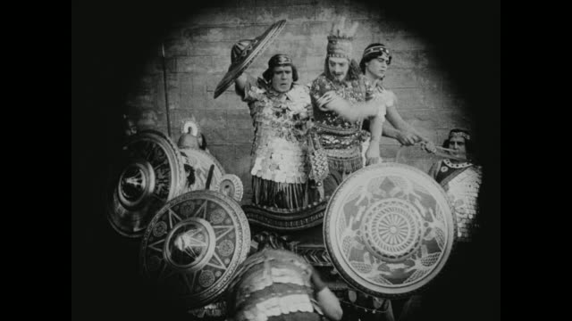 vidéos et rushes de troops come to a head at the gates of babylon - antique