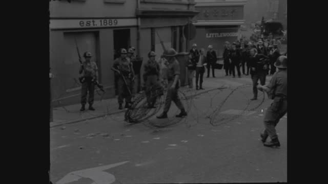 troops deployed in londonderry northern ireland londonderry derry ext british soldiers along in jeep soldiers lining the street barbed wire removed... - 北アイルランド点の映像素材/bロール