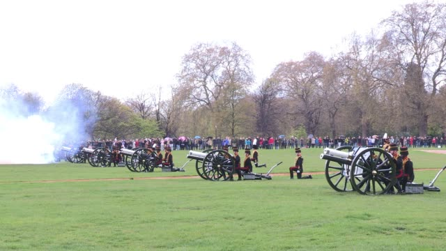 troops discharge their first six rounds as the king's troop royal horse artillery mark the queen's 86th birthday queen elizabeth ii 86th birthday gun... - royal horse artillery stock videos and b-roll footage
