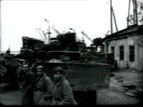 vidéos et rushes de troops evacuating by ships soviet warship chervona ukraina covering the retreat troops moving through dirty roads - armée rouge