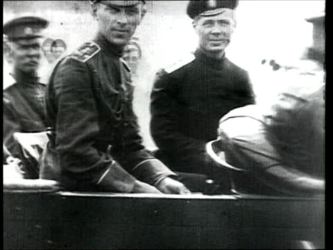 vidéos et rushes de 1919 montage b/w troops from the volunteer army under the command of general vladimir may-mayevsky entering poltava during the russian civil war/ poltava, ukraine - 1910 1919