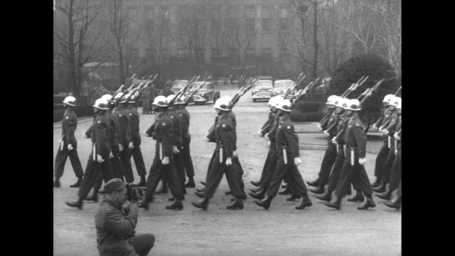 troops march by / general van fleet and other officers watch band and troops parade / military band marches by playing - vangen bildbanksvideor och videomaterial från bakom kulisserna