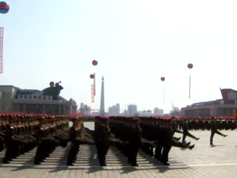 vídeos y material grabado en eventos de stock de troops march in perfect synchrony. - uniforme militar