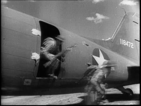 vidéos et rushes de troops march past plane / closeup of individuals in uniform / montage of troops filing out and getting into row of transport planes / planes taking... - général grade militaire