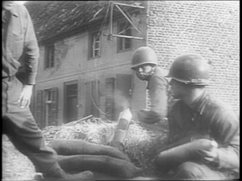 stockvideo's en b-roll-footage met us troops running across field / montage of soldiers crawling along a wall running down city street soldiers loading mortar building blowing up... - geallieerde mogendheden
