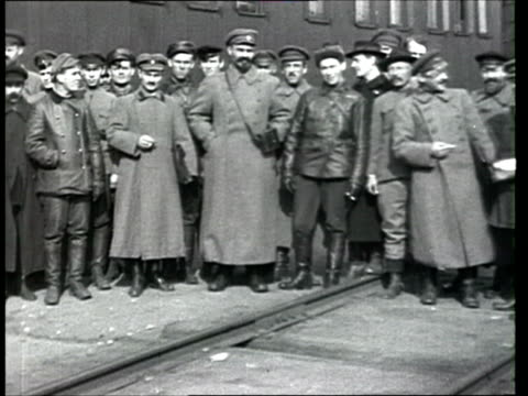 vídeos de stock e filmes b-roll de 1918 b/w ws pan troops standing at inspection in gzhatsk during russian civil war/ gagarin, russia - rússia