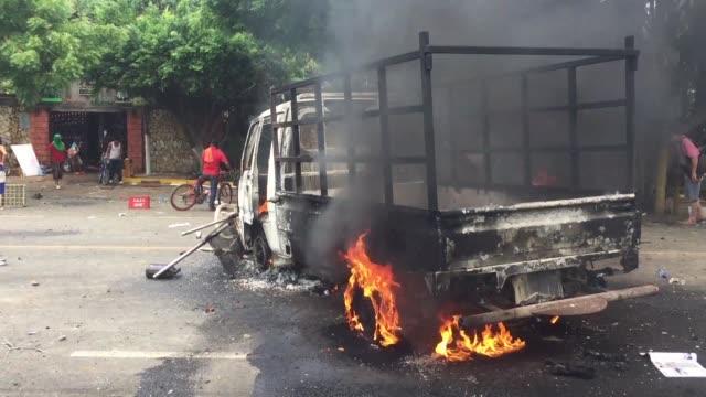 tropas antimotines reprimieron el martes protestas en contra del gobierno nicaraguense a un dia que inicie un dialogo nacional con el que se buscara... - politica stock videos & royalty-free footage