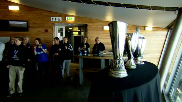 vídeos y material grabado en eventos de stock de uefa trophies taken up mount snowdon trophies unloaded from train at topo of mountain/ three trophies displayed on table in montain top cafe/ people... - unión europea de las asociaciones nacionales