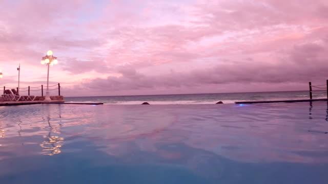 トロピカルなホテルのプールサイド - インフィニティプール点の映像素材/bロール