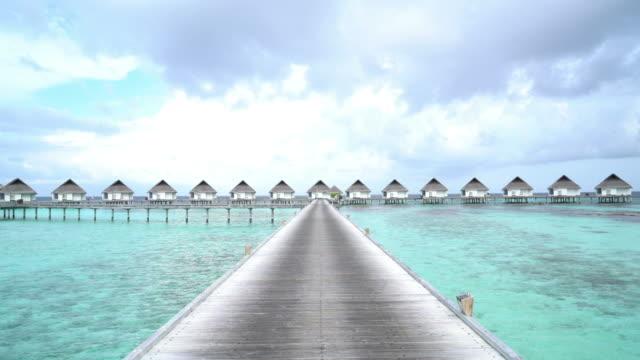 tropischer strand und meer auf den malediven - anlegestelle stock-videos und b-roll-filmmaterial
