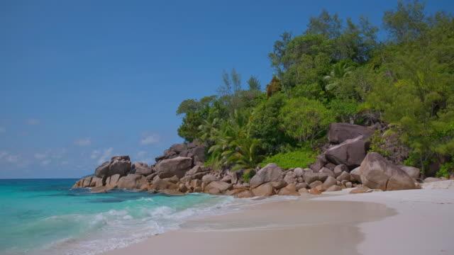 熱帶海灘安塞喬治特與典型的花崗岩岩層和棕櫚樹普拉斯林島,格拉尼蒂克塞席爾,群島國家在印度洋 - 自然奇觀 個影片檔及 b 捲影像