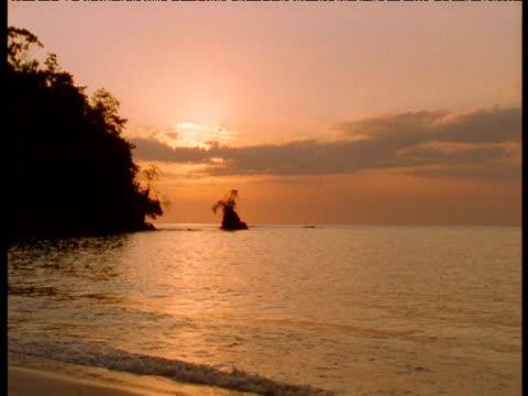 stockvideo's en b-roll-footage met tropical beach at sunset, panama - panama